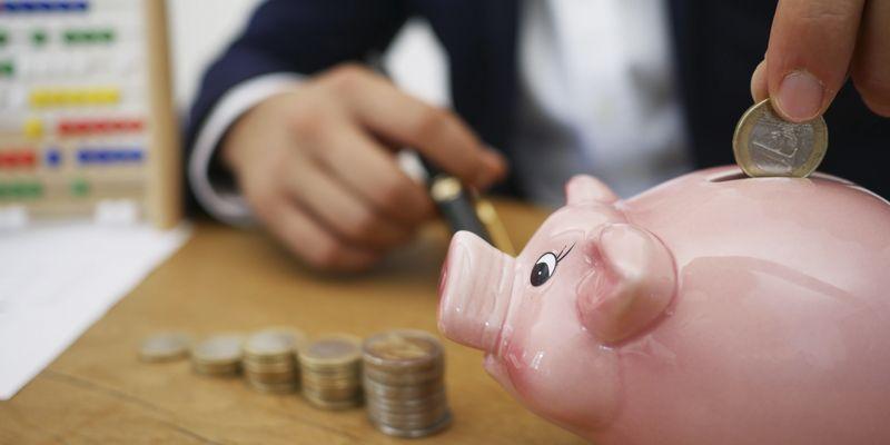 ¿Quién ha de pagar los gastos de gestión inmobiliaria y de formalización del contrato al arrendador persona jurídica?
